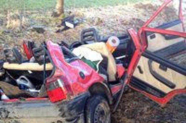 Fiat Uno wpadł do rowu, dwie osoby ranne