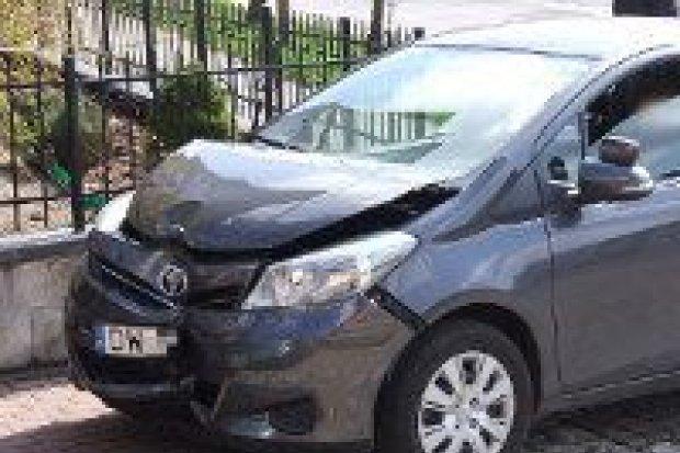 Zderzenie Toyoty z Mercedesem koło targowiska