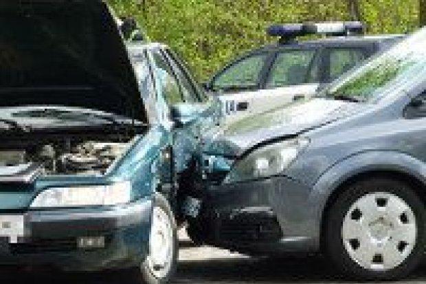 Kobieta ranna po zderzeniu trzech aut na Śluzowej