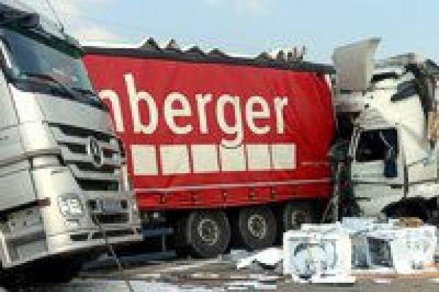 Zderzenie ciężarówek na A4, jedna osoba w szpitalu