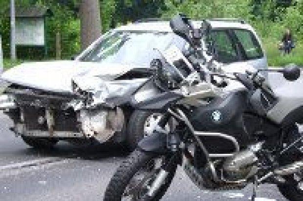 Auto uderzyło w motocykl na Jeleniogórskiej