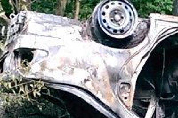 Wrak auta straszy przy moście w Kliczkowie