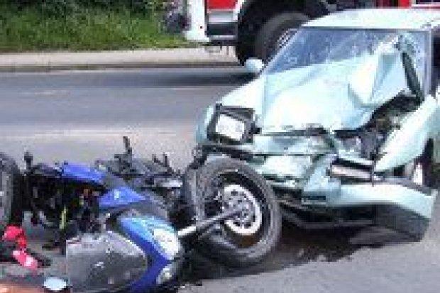 Zderzenie auta z motocyklem – 2 osoby ranne