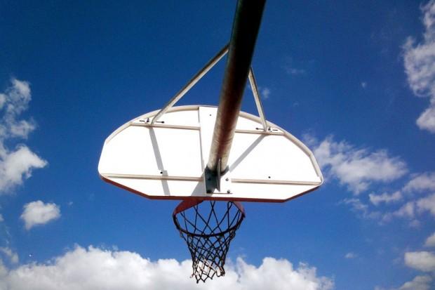 Koszykówka w parku miejskim