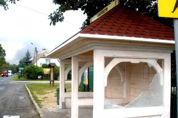 Kolejny akt wandalizmu w gminie Węgliniec: ostatnia szyba rozbita