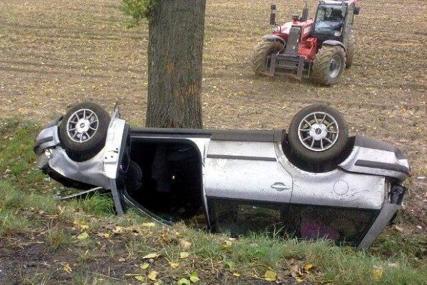 Volkswagen dachował, trzy osoby ranne