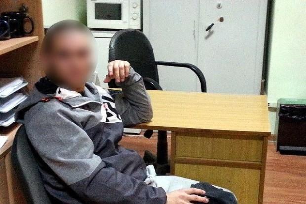 Pijani wandale wybili szybę krzesłem