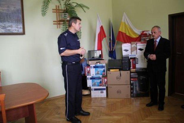 Sprzęt, warty 100 tys. zł, przekazany jeleniogórskiej policji