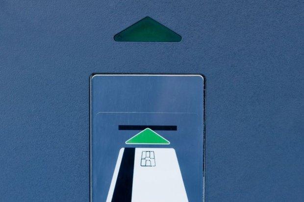 Znalazł kartę bankomatową i co najmniej 20 razy zapłacił nią za zakupy