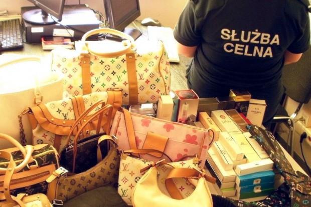 Podróbki m.in. markowych torebek zabezpieczone. Oryginały kosztowałyby prawie 50 tys. zł