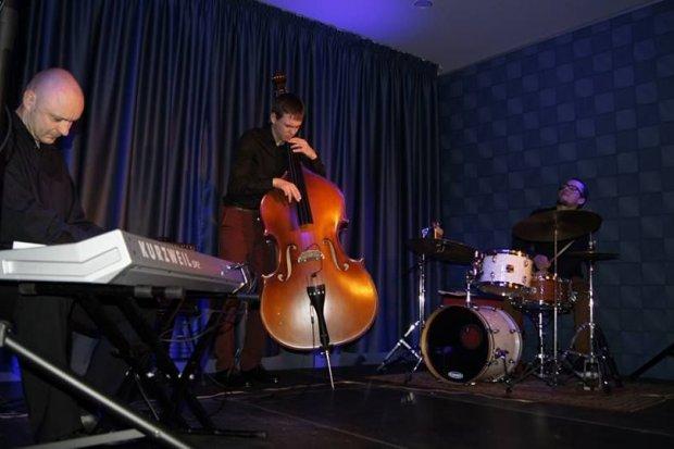 Spotkanie kina i jazzu, czyli Witold Janiak Trio w Szklarskiej Porębie