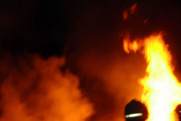 Policjant z drogówki uratował starszą kobietę z płonącego mieszkania