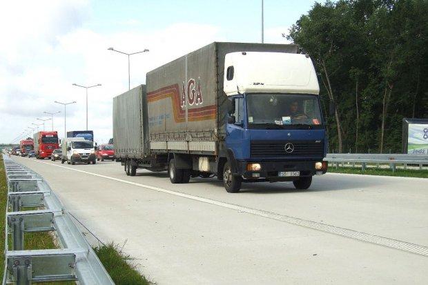 Wypadek na autostradzie A4, dachowało auto