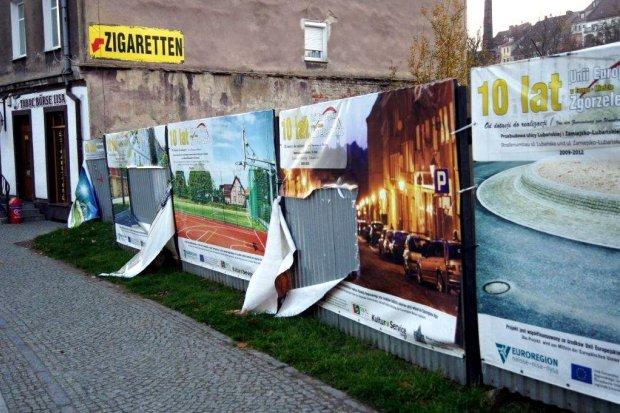 Bezmyślny wandalizm na Przedmieściu Nyskim: zniszczone banery