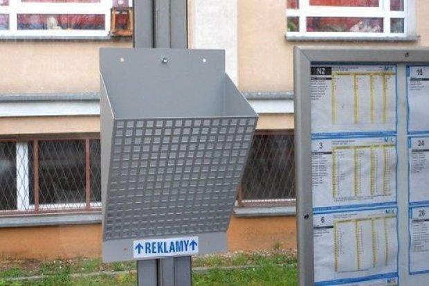 Pojemniki na ulotki na przystankach