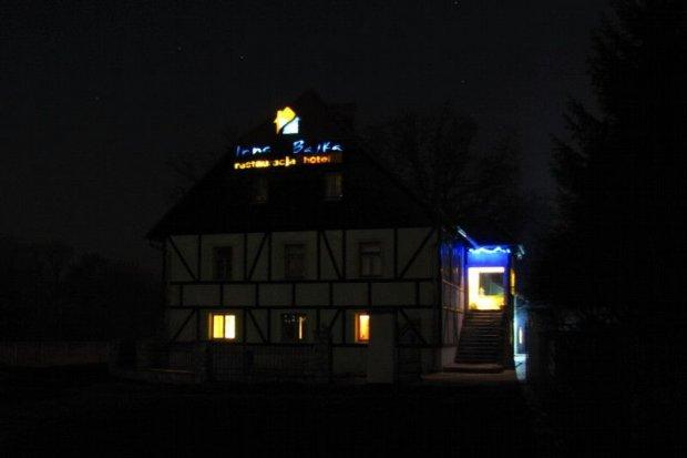 Dziurawy i nieoświetlony dojazd do Restauracji