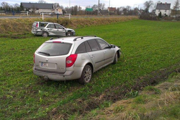 Zderzenie dwóch Renault, dwie osoby ranne