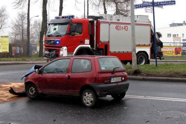 Kobieta w ciąży i mężczyzna ranni w wypadku koło wiaduktu