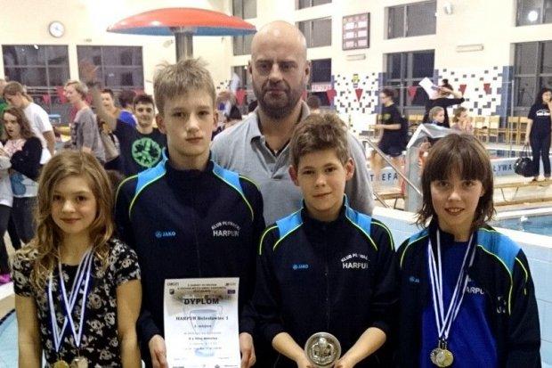 Znakomity występ pływaków Harpuna na zawodach w Osiecznicy