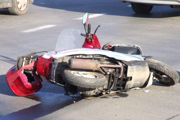 Zderzenie auta z motorowerem, jedna osoba ranna