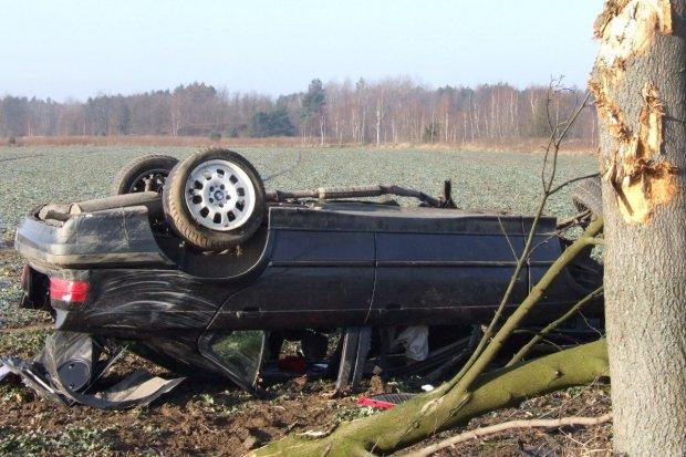Dachowanie BMW koło Łazisk - jedna osoba ranna
