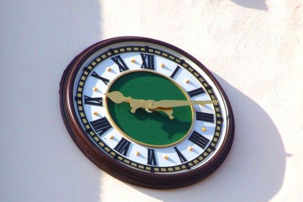 Nowy, pozłacany zegar na wieży kościelnej