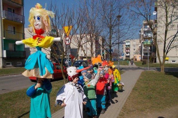 Przedszkolaki żegnały zimę recyklingową Marzanną
