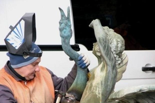 Łabędź z fontanny odzyskał szyję i głowę