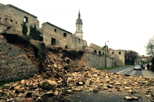 Zawalił się klasztorny mur oporowy