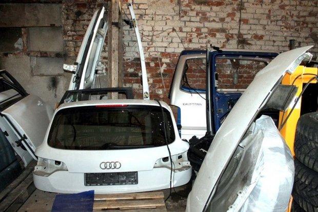 Części z kradzionych aut w garażu na terenie powiatu