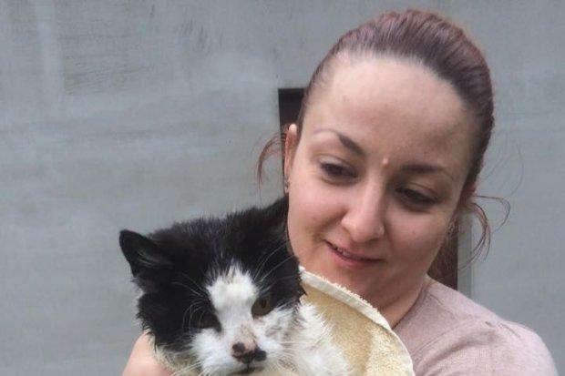 Strażacy uratowali kotka, który wpadł do studni