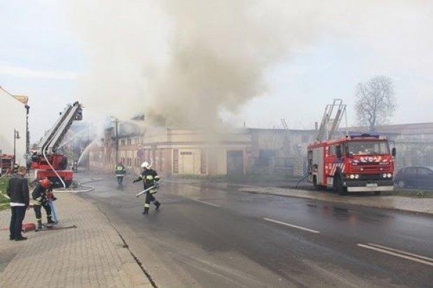 Pożar dawnej kolejowej stolarni w centrum miasta