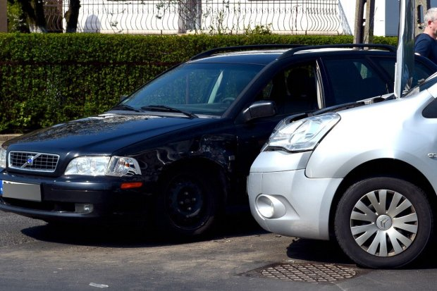 Zderzenie dwóch aut na skrzyżowaniu Góralskiej i Staszica – jedna osoba ranna