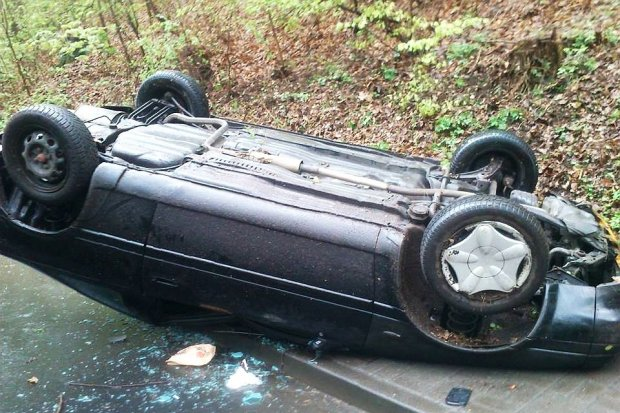 Nissan dachował koło Osiecznicy - 2 osoby ranne