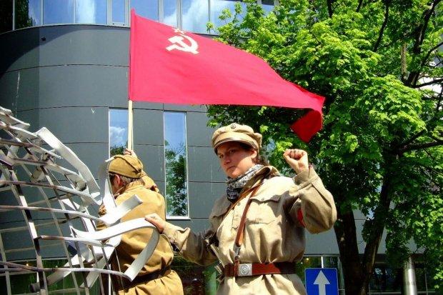 """""""Komunistyczna manifestacja z zakazanymi w Polsce symbolami"""""""