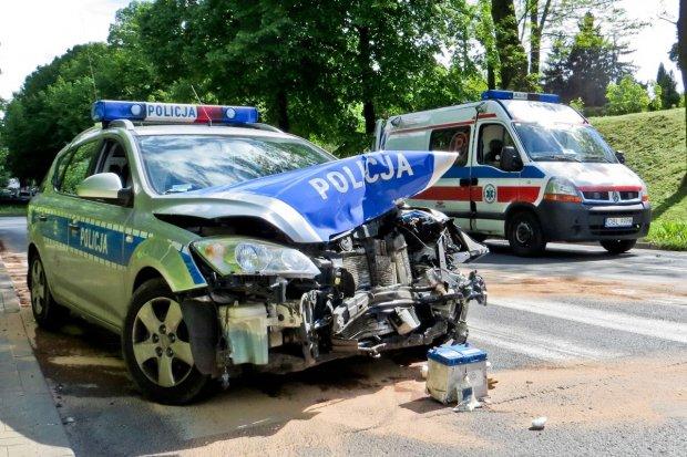 Zderzenie radiowozu z Hondą - dwie osoby ranne