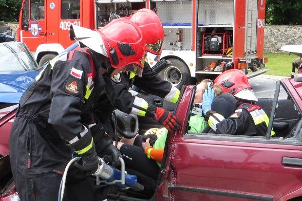 Strażacy uratowali trzy osoby z wypadku samochodowego