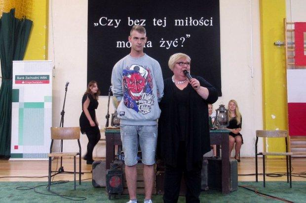 Czy rapujący gimnazjalista kocha Polskę?