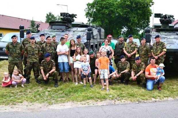 Holenderscy i niemieccy żołnierze na festynie w Trzebieniu