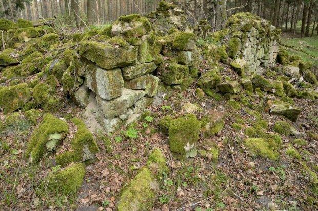 Nowoszów: Ruiny, cmentarz w środku lasu, most i Czerna Wielka