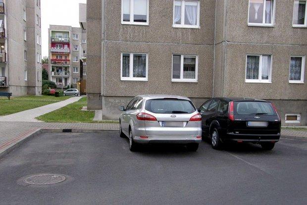 Dostała mandat za parkowanie koło domu. Policja chce się wykazać?