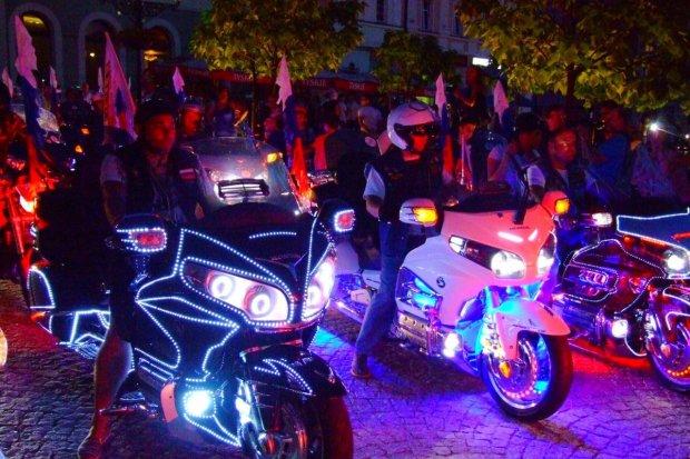 Kilkaset kolorowych motocykli Honda na bolesławieckim Rynku