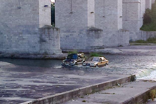 Autami jeździli po dnie Bobru! Początek rajdu Bolesławiec-Dakar?