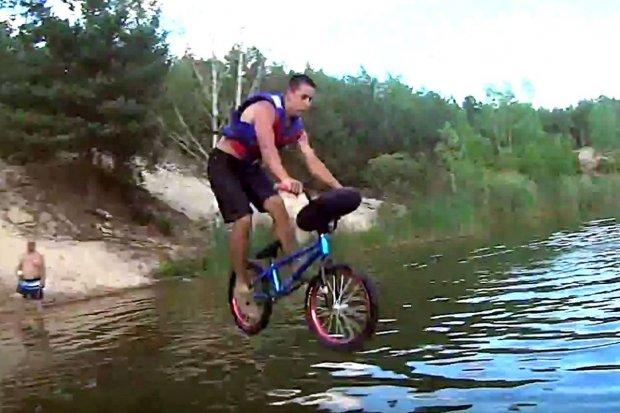 Czy to głupi pomysł, by skakać rowerem do wody? Zobaczcie sami