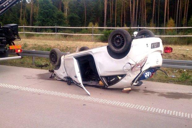 Trzy osoby ranne po dachowaniu auta na A4
