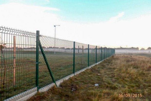 Gmina Węgliniec naprawiła ogrodzenie na stadionie wiejskim w Czerwonej Wodzie
