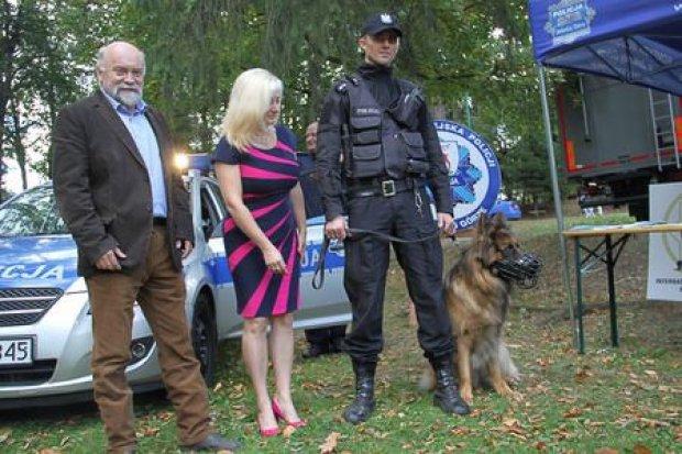Festyn w Kowarach i symboliczne przekazanie psa Cairo do służby w policji