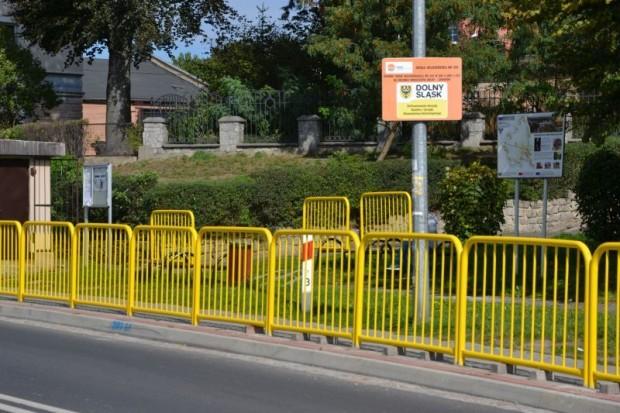 Bezpieczniej przy ul. Zgorzeleckiej w Zawidowie. Dolnośląska Służba Dróg i Kolei zamontowała solidne barierki