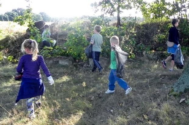 Uczniowie, rodzice i nauczyciele ze szkoły w Chobieni posprzątali świat