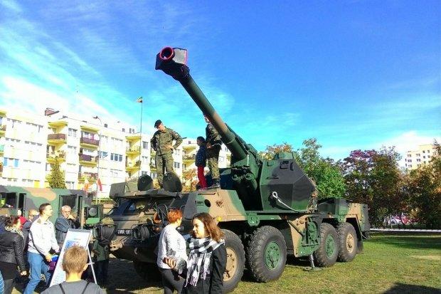 Pokaz sprzętu wojskowego i przysięga elewów